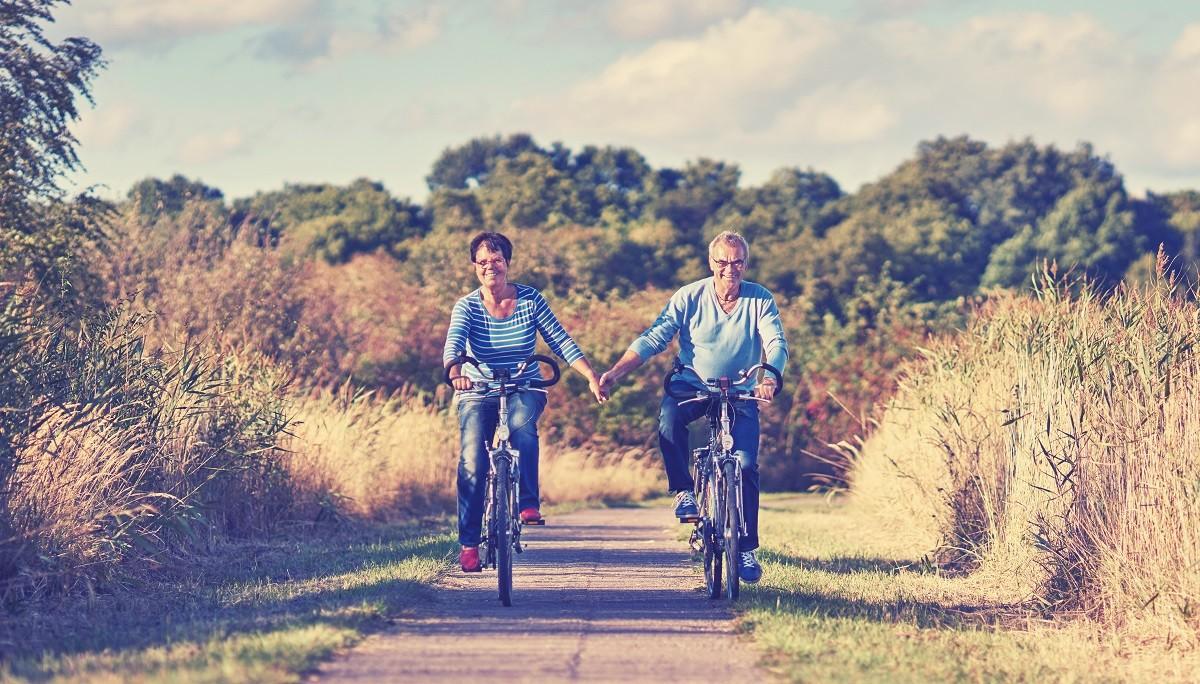 Z jazdy rowerami holenderskimi cieszą się osoby w różnym wieku.