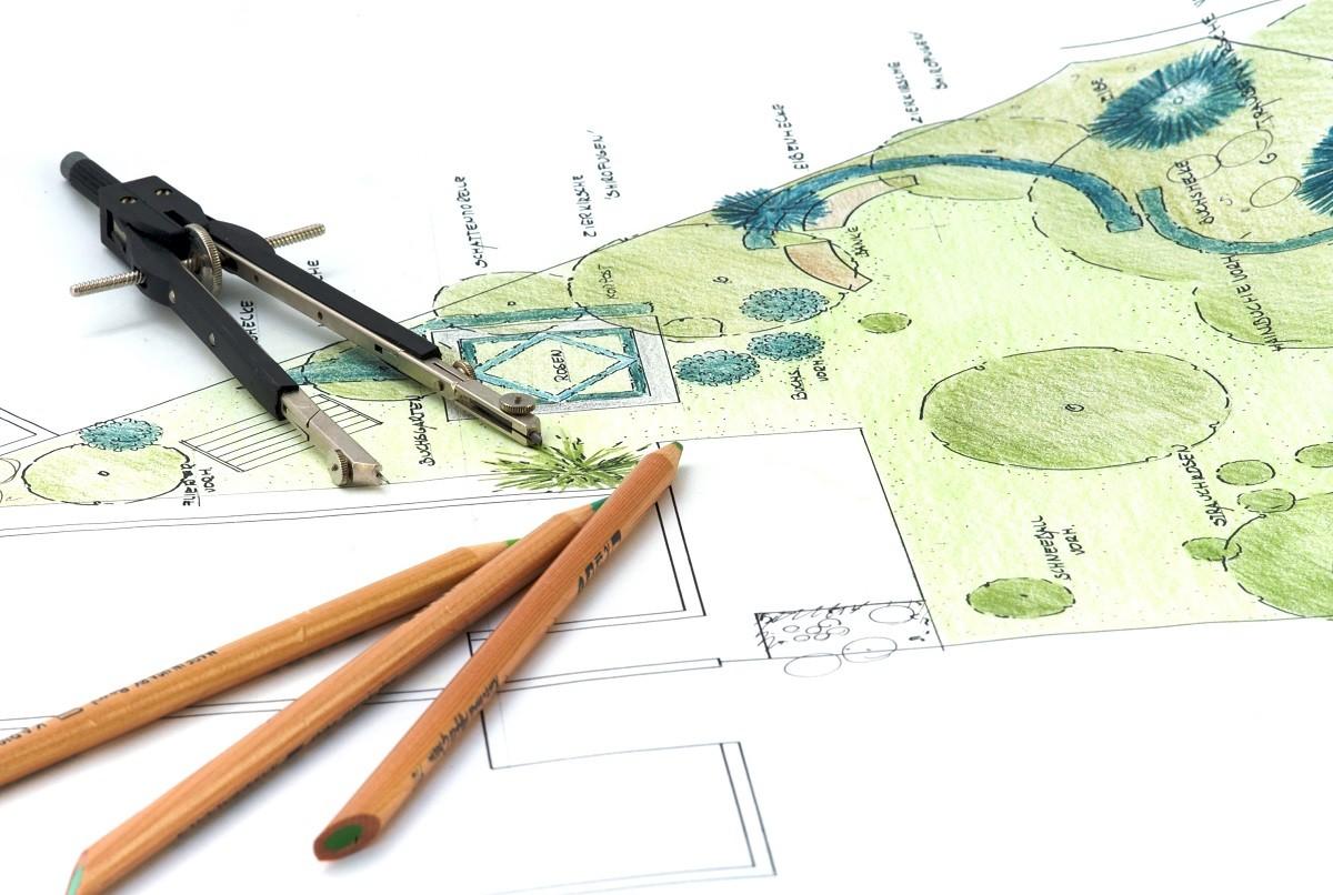 Projekt ogrodu - rośliny, trawnik, budynki.