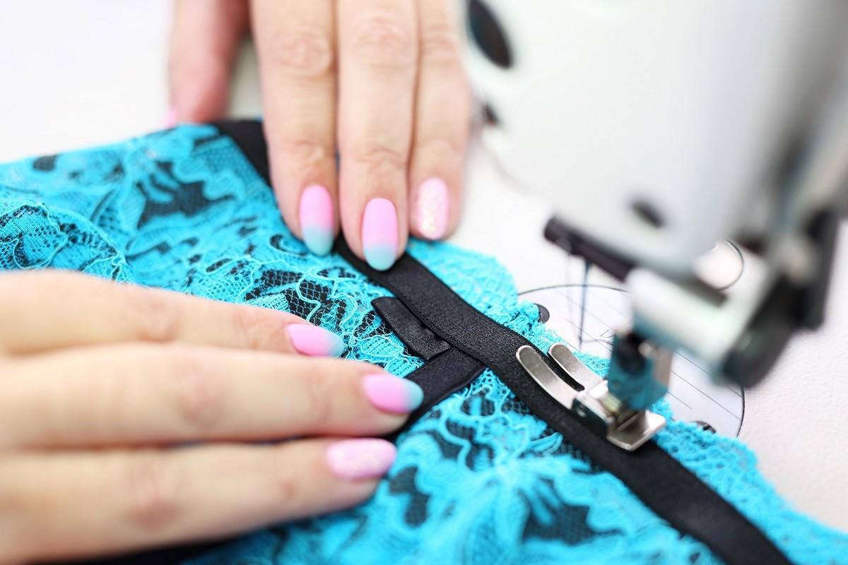 Profesjonalna szwalnia odzieży wykonująca przeszycia odzieży.