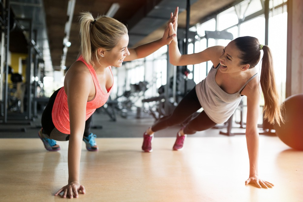 kobiety usprawiajace sport na sali gimnastycznej